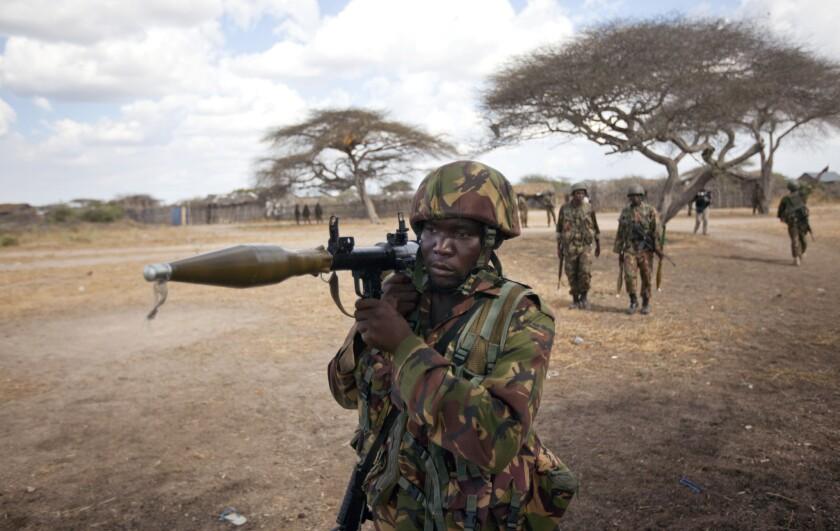 ARCHIVO - En esta fotografía un soldado keniano carga una granada impulsada por cohete mientras patrilla Tabda, al interior de Somalia. Combatientes fuertemente armados del grupo extremista islámico Al-Shabab atacaron una base de tropas de paz de la Unión Africana en el suroeste de Somalia, según dijo un oficial militar somalí. Los agresores se abrieron paso al complejo y cruzaron fuego con las tropas de paz. (Foto AP/Ben Curtis, Archivo)