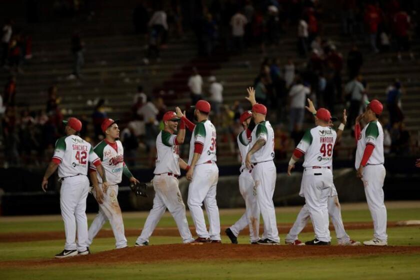 Jugadores de México celebran su triunfo ante Venezuela este viernes en el encuentro entre los Cardenales de Lara de Venezuela y los Charros de Jalisco de México, en el Estadio Nacional Rod Carew en Ciudad de Panamá (Panamá). EFE