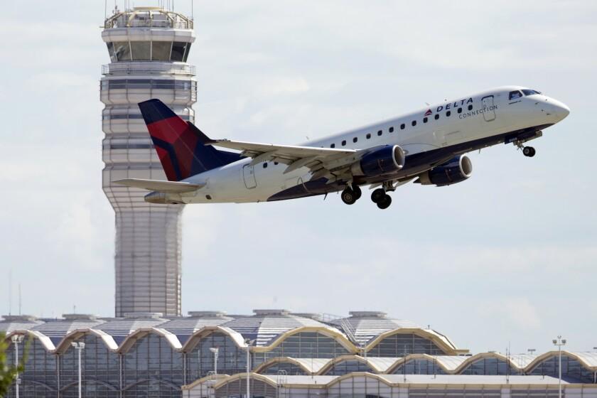 Foto tomada el 28 de julio del 2014 de un avión de Delta Air Lines despegando del Aeropuerto Nacional Ronald Reagan en Arlington, Virginia. (AP Photo/Manuel Balce Ceneta, File)