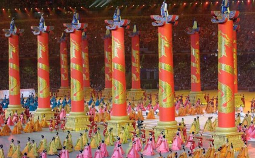En esta foto del 8 de agosto del 2008, bailarinas actúan durante la ceremonia inaugural de los Juegos Olímpicos en Beijing. (AP Foto/Itsuo Inouye, Archivo)