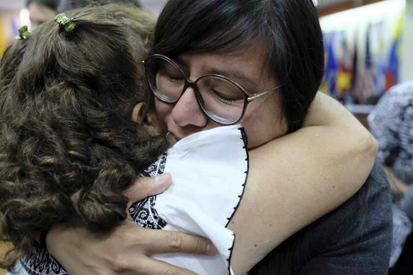 La víctima Norma Aidé Jiménez es consolada por sus compañeras del grupo de las once mujeres mexicanas, que sufrieron presuntas agresiones y abusos sexuales por parte de policías en una represión en el centro de México en el 2006, declara hoy jueves 16 de noviembre, ante los jueces de la Corte Interamericana de Derechos Humanos (Corte IDH) en San José, Costa Rica. EFE