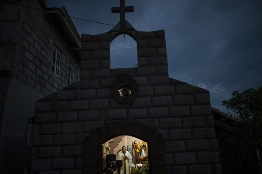 Fray Leopoldo Serrano celebra una misa transmitida a través de Facebook desde una capilla en la Misión San Francisco de Asís, Honduras, el sábado 19 de junio de 2021. (Foto AP/Rodrigo Abd)