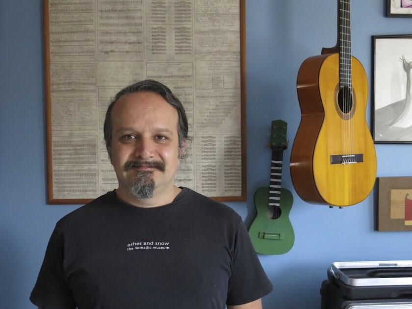 El ingeniero de sonido Carlos Cortés posa en su casa en Cumbres de San Mateo