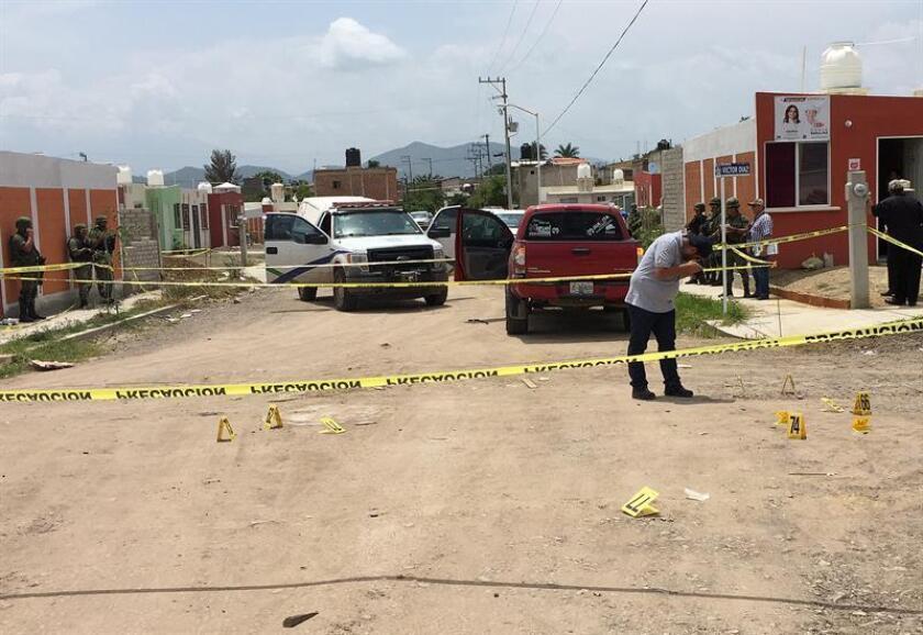 Peritos forenses recaban información hoy, lunes 2 de julio de 2018, en la zona donde fue asesinado Víctor Díaz Contreras, en la colonia Real de Mina, en el municipio de Tecalitlán Jalisco (México). EFE
