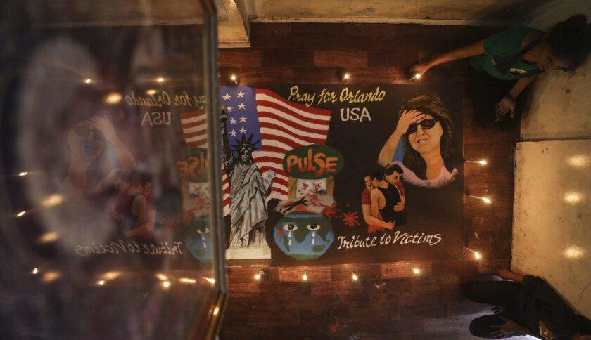 Estudiantes indios depositan velas en recuerdo a las víctimas del tiroteo en Orlando (Estados Unidos) durante una vigilia celebrada en Bombay (India) hoy, 13 de junio de 2016. Al menos 50 personas murieron y otras 53 resultaron heridas en un tiroteo en una discoteca gay en Orlando este fin de semana. EFE/Divyakant Solanki