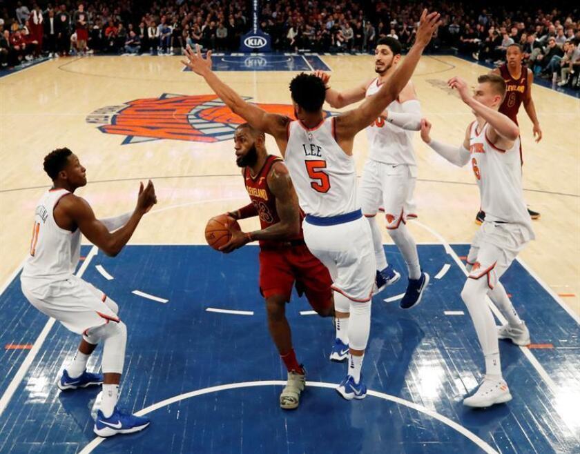 LeBron James (c) de los Cleveland Cavaliers en acción durante un partido de la NBA entre los New York Knicks y los Cleveland Cavaliers, en el Madison Square Garden de Nueva York, Nueva York (EE.UU.). EFE