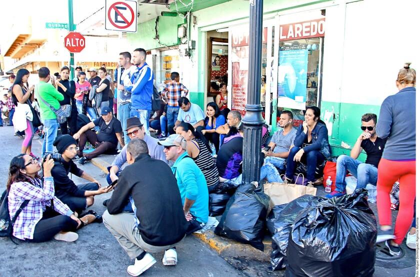 Más de 200 migrantes cubanos están varados en Nuevo Laredo, luego de que Estados Unidos canceló el beneficio que les permitía ingresar a su territorio.