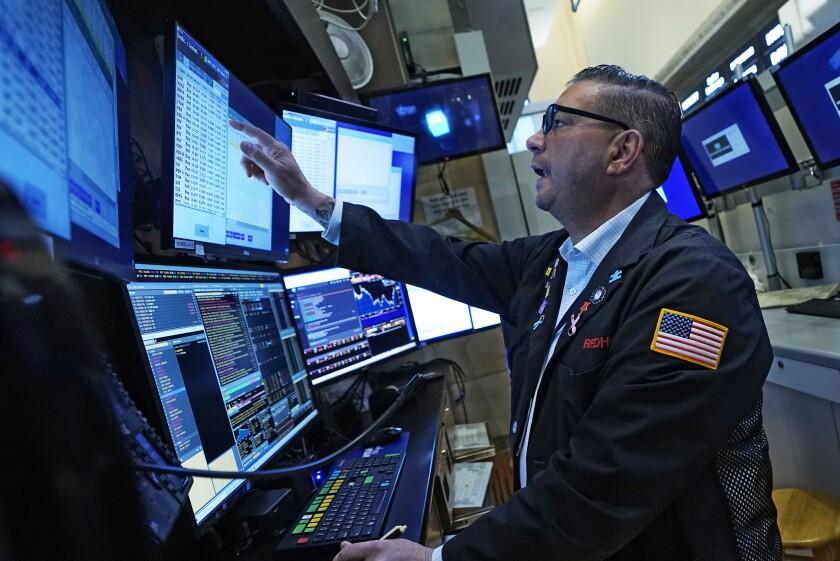 El operador Jonathan Mueller trabaja en el piso de la Bolsa de Valores de Nueva York, el martes 21 de septiembre de 2021. (AP Foto/Richard Drew)