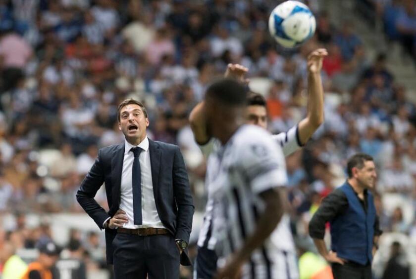Los Rayados de Monterrey del entrenador uruguayo Diego Alonso (i) derrotaron hoy por 1-0 a los Gallos de Querétaro y se clasificaron a la semifinal de la Copa Mx del fútbol mexicano. EFE/ARCHIVO