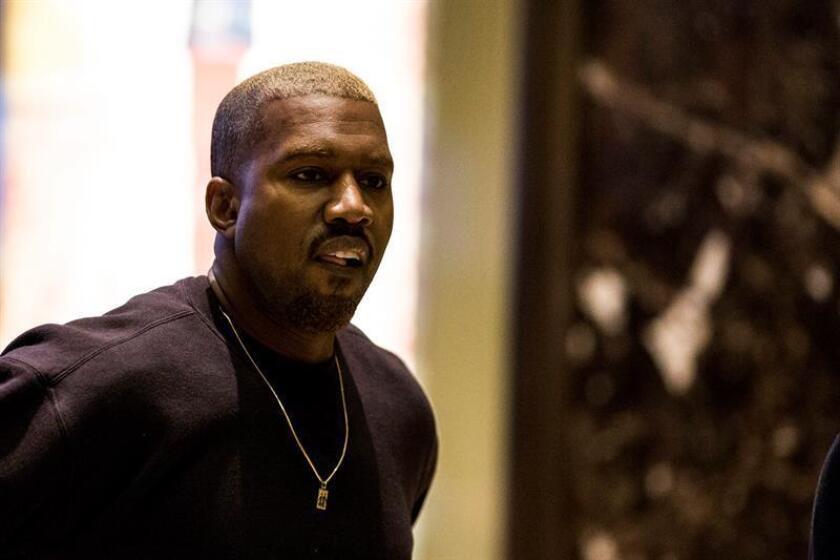 El rapero Kanye West aprovechó su millonaria audiencia en la red social Twitter para alabar al presidente, Donald Trump, un gesto que no pasó inadvertido para el mandatario, quien no dudó en agradecer y devolverle el cariño mostrado. EFE/ARCHIVO/POOL