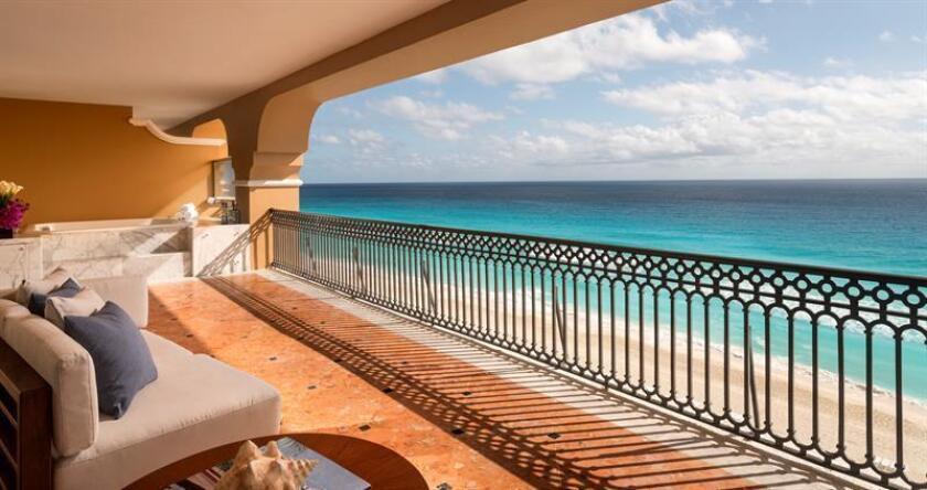 Fotografía del 13 de marzo de 2018, que muestra una vista hacia el mar desde el balcón de una habitación del Hotel Ritz-Carlton, en la ciudad de Cancún, en Quintana Roo (México). EFE/Archivo