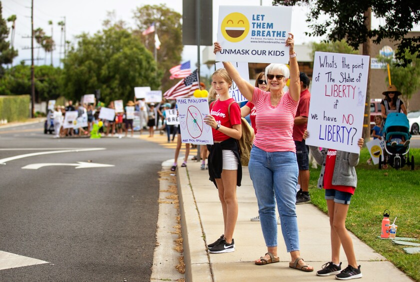 Let Them Breathe, un grupo anticubrebocas, se reúne para protestar en el edificio del Distrito Escolar Unificado