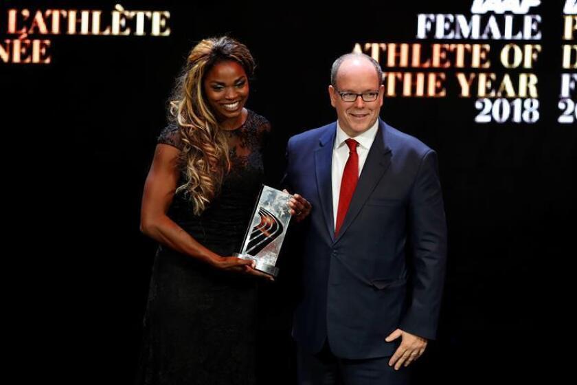 La atleta colombiana Caterine Ibargüen (i) posa junto al príncipe Alberto II de Mónaco tras recibir el premio como Atleta del Año hoy, durante la Gala del Atletismo Mundial 2019 en Mónaco (Mónaco). EFE