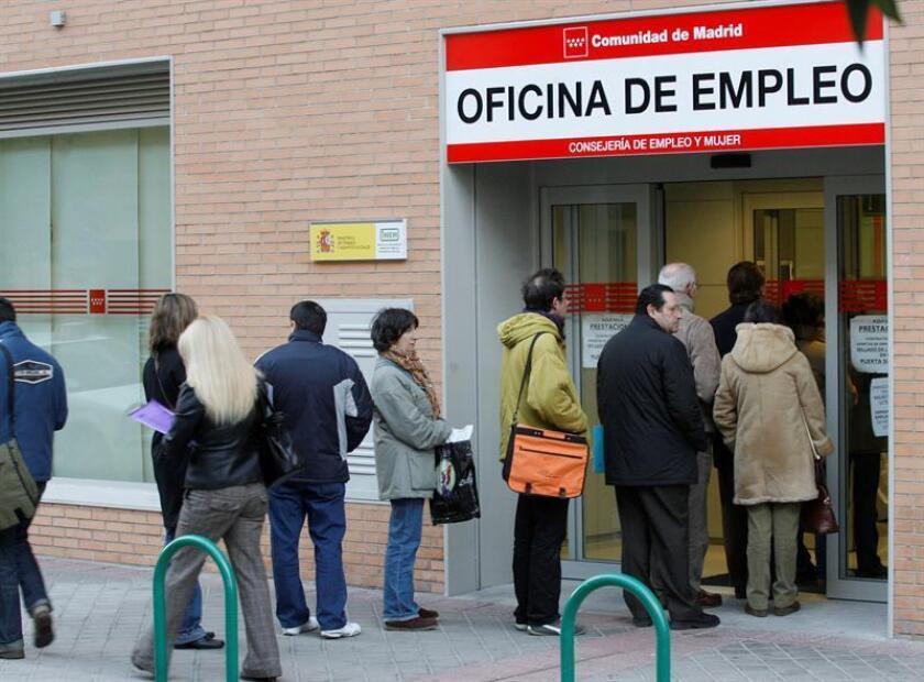 Un grupo de personas hacen cola en la entrada de una oficina de empleo de la Comunidad de Madrid. EFE/Archivo