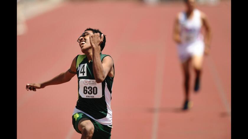 Ramail Irshad de Pakistán celebra su victoria en los 200 metros pis en la división 46 de las Olimpiadas Especiales en Los Ángeles.