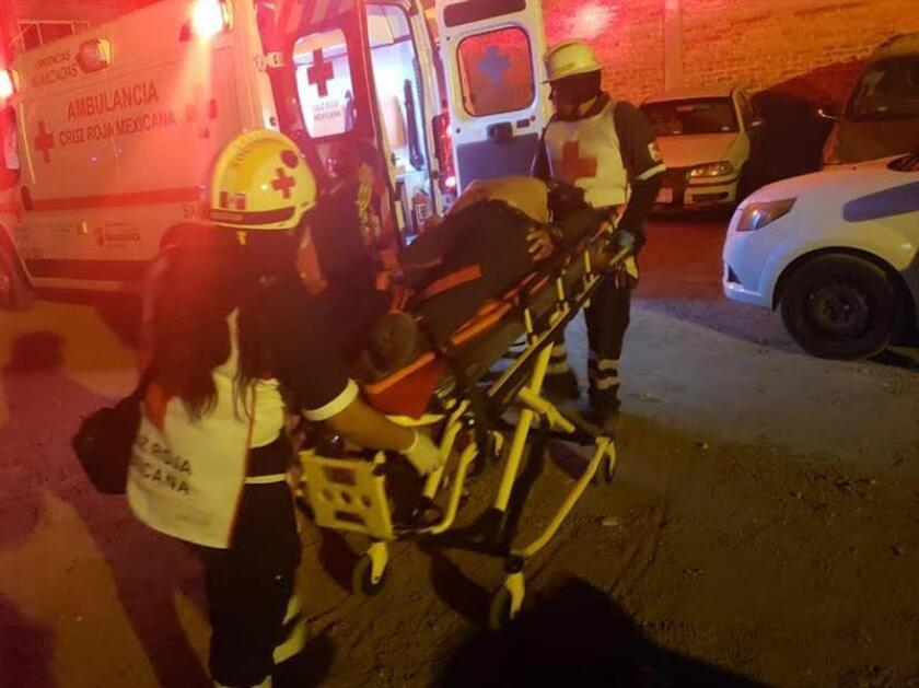 Socorristas auxilian a heridos en el sitio donde al menos 13 muertos y 7 heridos dejó este sábado el ataque a un bar del céntrico estado mexicano de Guanajuato, en el que está en marcha un operativo contra el robo de combustible, informaron las autoridades de justicia. EFE