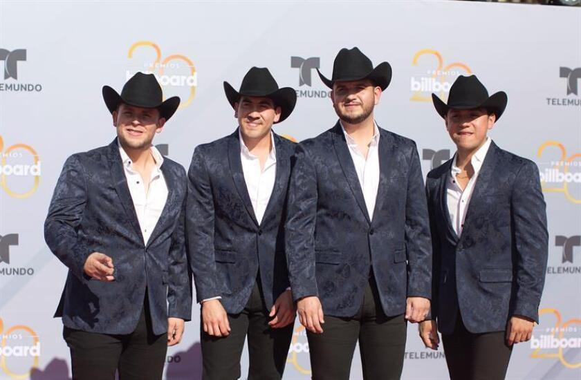 Los integrantes del grupo mexicano de música norteña Calibre 50 posan a su llegada a la alfombra roja de los premios Billboard a la música latina. EFE/Archivo