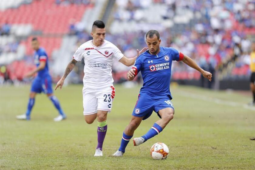 En la imagen, el futbolista Bryan Carrasco (i), del Veracruz. EFE/Archivo