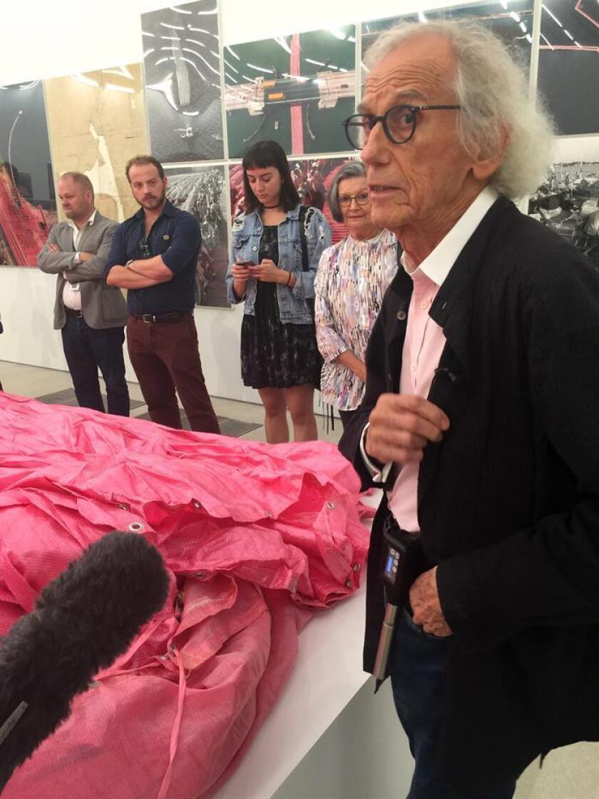 """Christo, artista nacido en Bulgaria hace 83 años, habla durante un recorrido para la prensa por la exposición documental que celebra los 35 años de """"Sorrounded Islands"""" hoy, martes 2 de octubre de 2018, en el Pérez Art Museum de Miami (PAMM) en Miami, Florida (EE.UU.). EFE"""