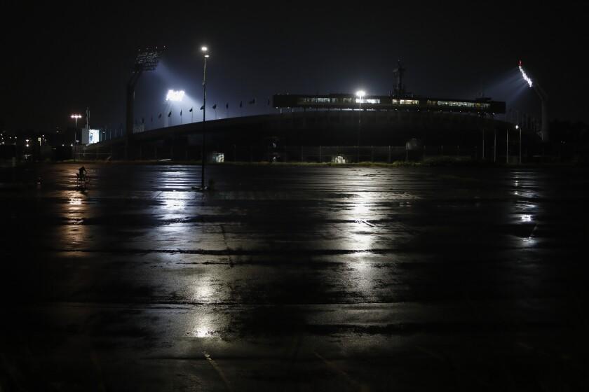 La playa de estacionamientos del Estadio Olímpico de la Ciudad de México aparece vacía durante un partido de la liga mexicana