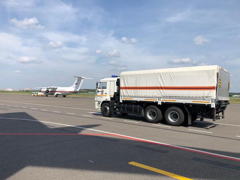 Un camión con ayuda médica que será enviado por avión al Líbano tras la explosión en Beirut