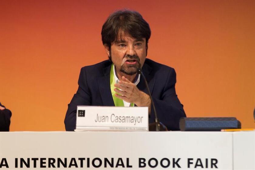 El editor madrileño Juan Casamayor, fundador y director del sello independiente Páginas de Espuma, recibe el reconocimiento al Mérito Editorial hoy, lunes 27 de noviembre de 2017, en el tercer día de la Feria Internacional del Libro de Guadalajara (México). EFE