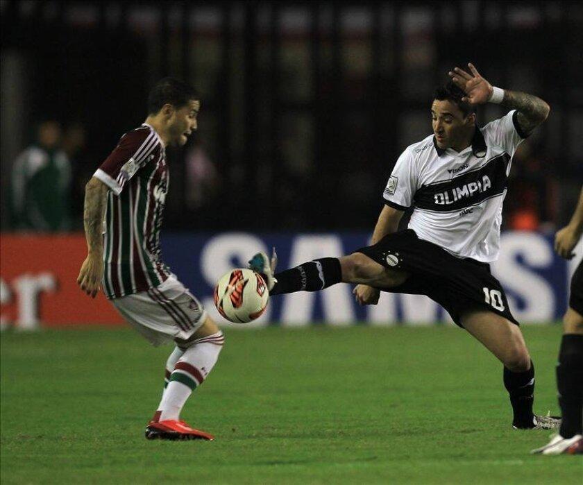 Bruno (i) de Fluminense disputa el balón con Juan Manuel Salgueiro (d) de Olimpia durante un partido por la Copa Libertadores de América en el estadio São Januário, en Río de Janeiro. EFE