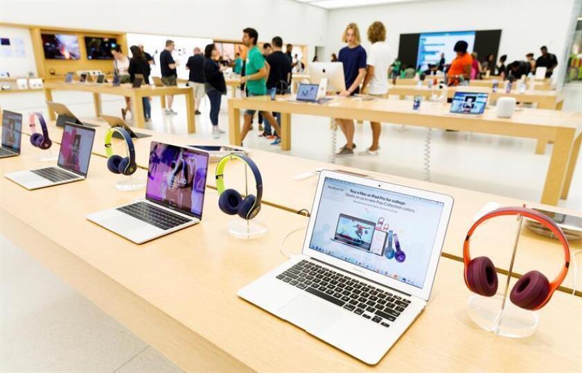 Fotografía de archivo del 1 de agosto de 2018 que muestra computadores portátiles de Apple en una tienda de Nueva York (EE. UU.). EFE/Archivo