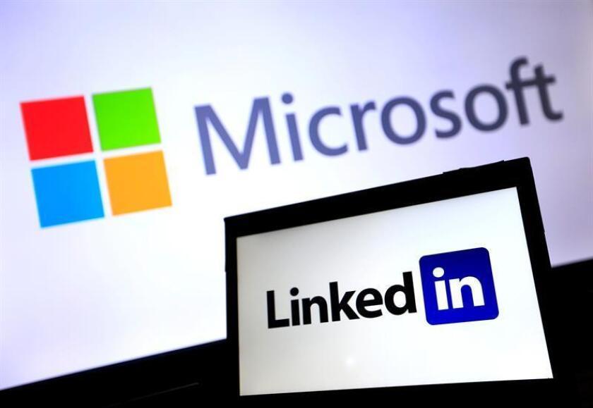 Microsoft cerró hoy la compra de la red social de uso profesional LinkedIn por 26.200 millones de dólares, después de que la Comisión Europea diera esta semana el visto bueno a la mayor operación en el sector tecnológico del año. EFE/ARCHIVO