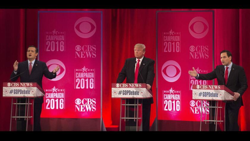 Donald Trump ( c ) simplemente ve pasar las acusaciones entre Marco Rubio (d) y Ted Cruz el sábado, durante el debate republicano realizado por CBS.