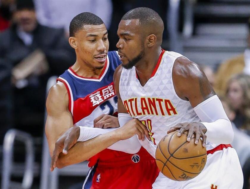 El jugador de los Hawks de Atlanta Paul Millsap (d), defiende el balón del jugador de los Wizards de Washington Otto Porter Jr., durante el partido de hoy. EFE