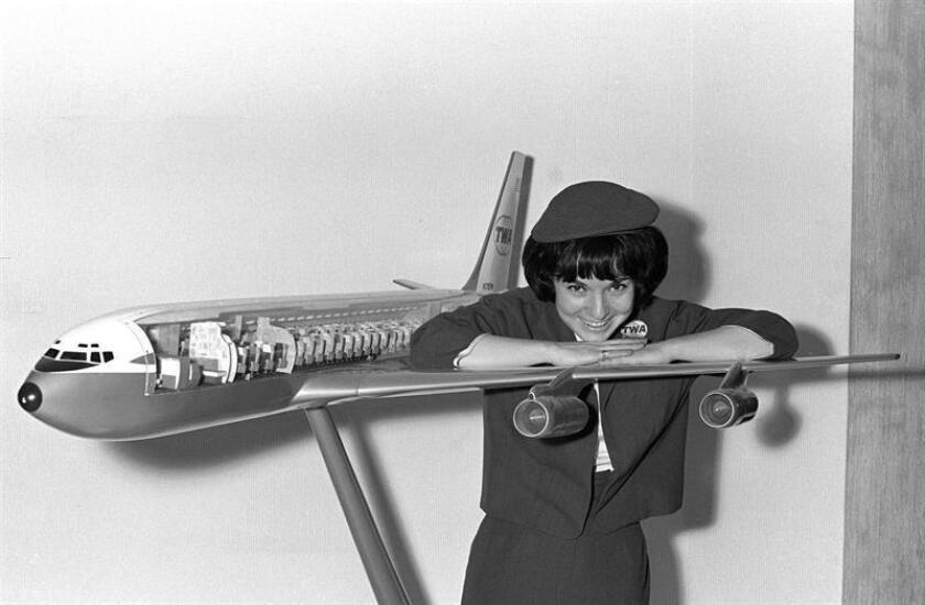 Madrid, 24/03/1965.- Una azafata sobre el ala de un avión de la TWA. EFE/Archivo