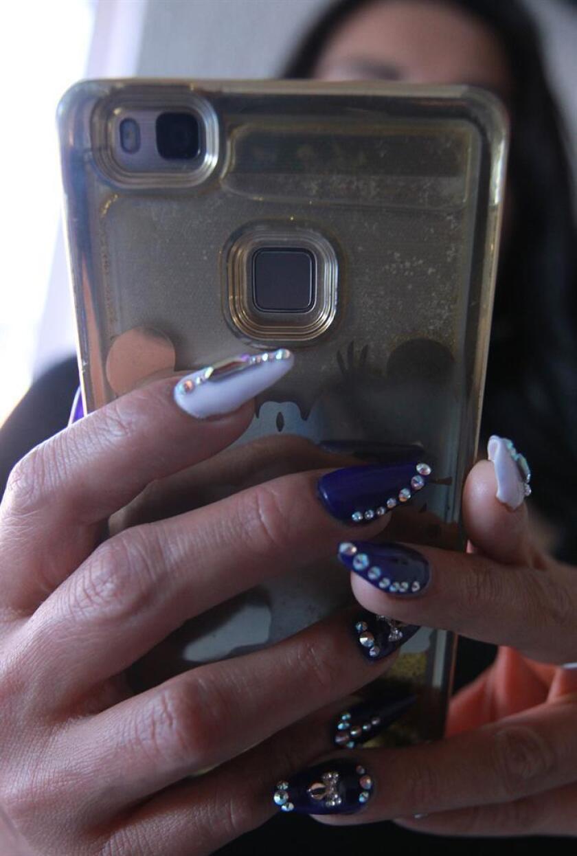 Una mujer observa su celular. EFE/Archivo