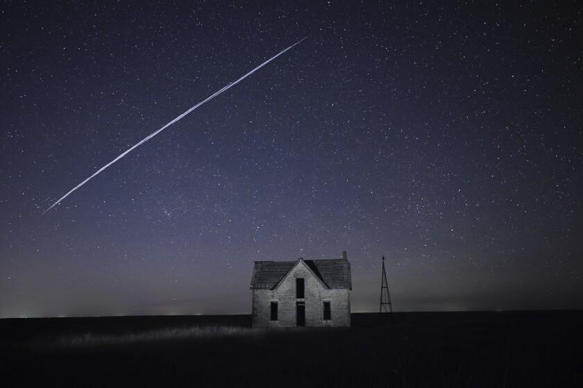 Fotografía de larga exposición del 6 de mayo de 2021 de una serie de satélites StarLink de SpaceX