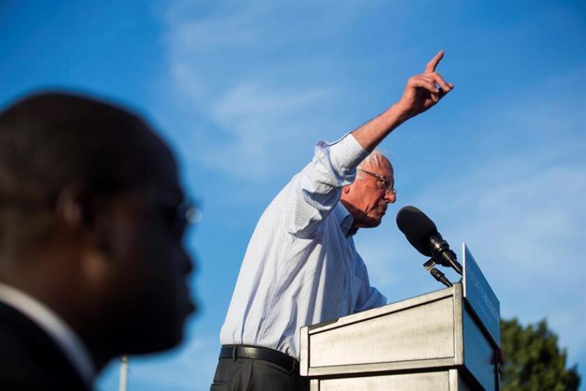 El senador por Vermont, Bernie Sanders, dio hoy su respaldo oficial a su rival en las primarias demócratas, la virtual aspirante a la Casa Blanca, Hillary Clinton, después de resistirse a hacerlo durante más de un mes para continuar presionando sobre el contenido del programa del partido.