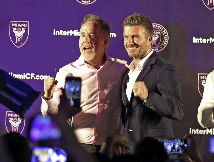 Jorge Mas (izquierda) y David Beckham festejan en Coral Gables, Florida, luego que los votantes en Miami aprobaron que la ciudad negocie un acuerdo para otorgar terrenos para un estadio de fútbol, el martes 6 de noviembre de 2018.