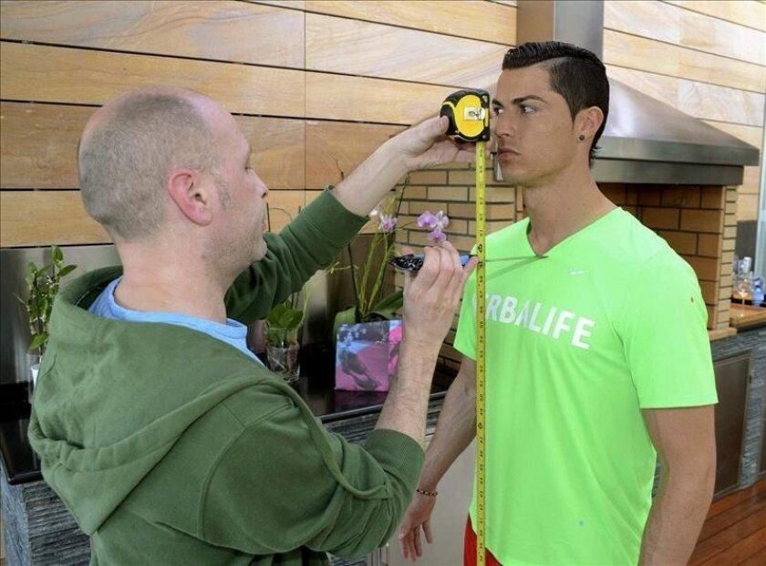 Fotografía facilitada por el Museo de Cera de la capital del delantero del Real Madrid Cristiano Ronaldo, durante la toma de medidas antropométricas llevada a cabo por el equipo artístico de la institución museística, como paso previo para la realización de su escultura, que estará lista a principi
