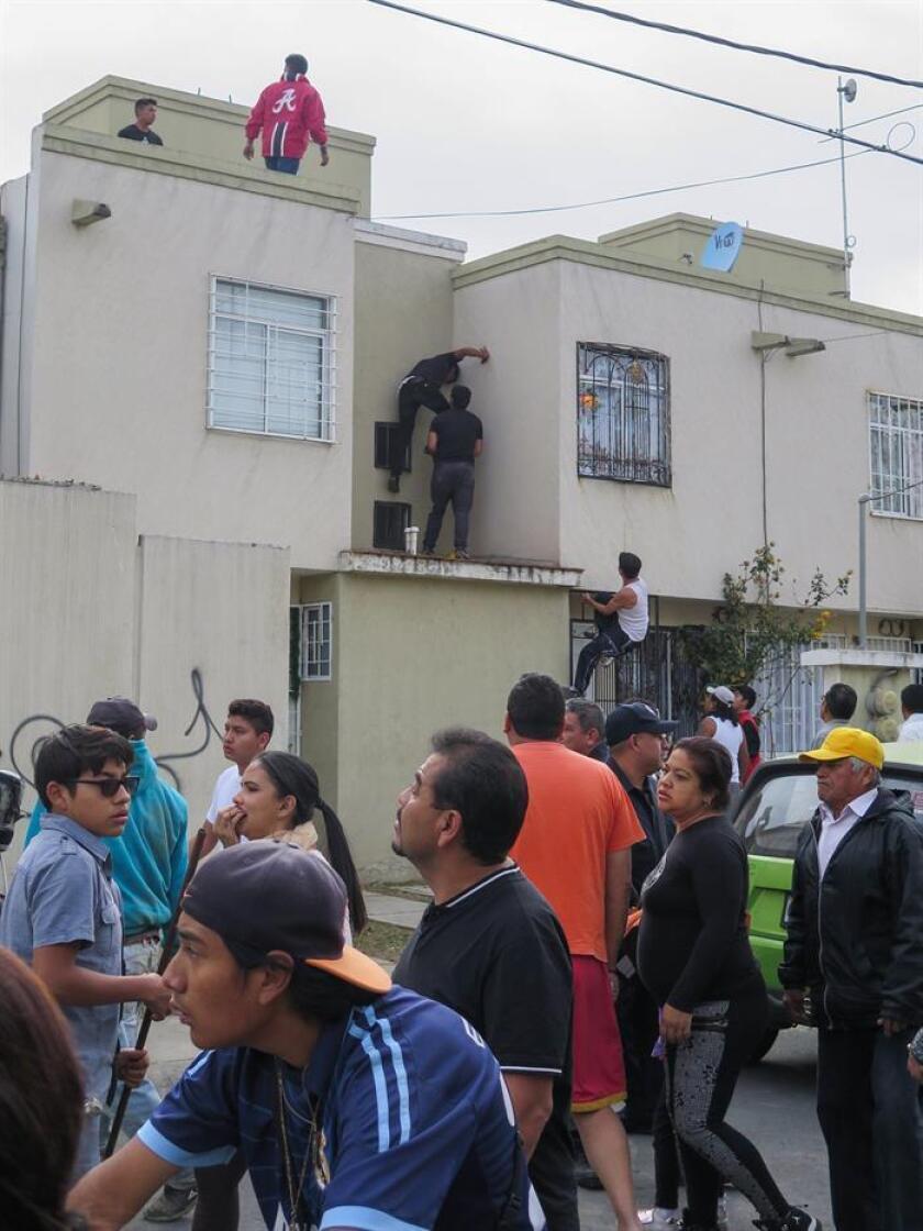 Familiares y vecinos buscan al presunto asesino de una menor en el municipio de Chalco, Estado de México (México). EFE