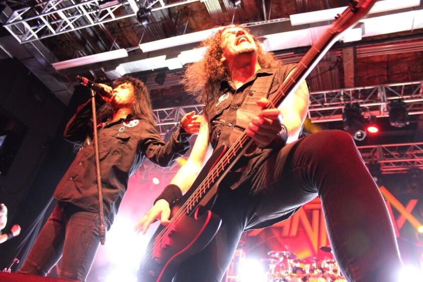 A la izq., el vocalista Joey Belladonna, y al lado, el bajista Frank Bello, durante el concierto del 14 de febrero en Anaheim, California.