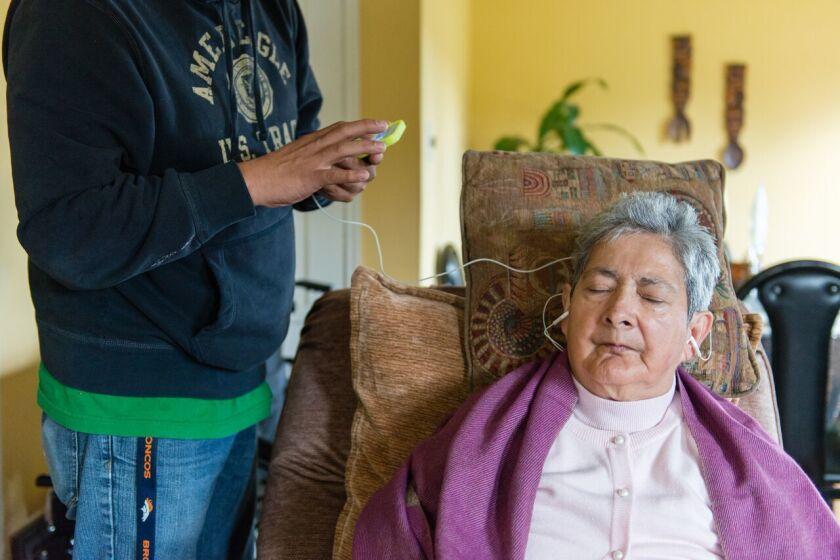 Cada vez es más frecuente que los hijos adultos cuiden a sus padres mayores con Alzheimer, particularmente entre los latinos, la minoría de más rápido crecimiento en los Estados Unidos.