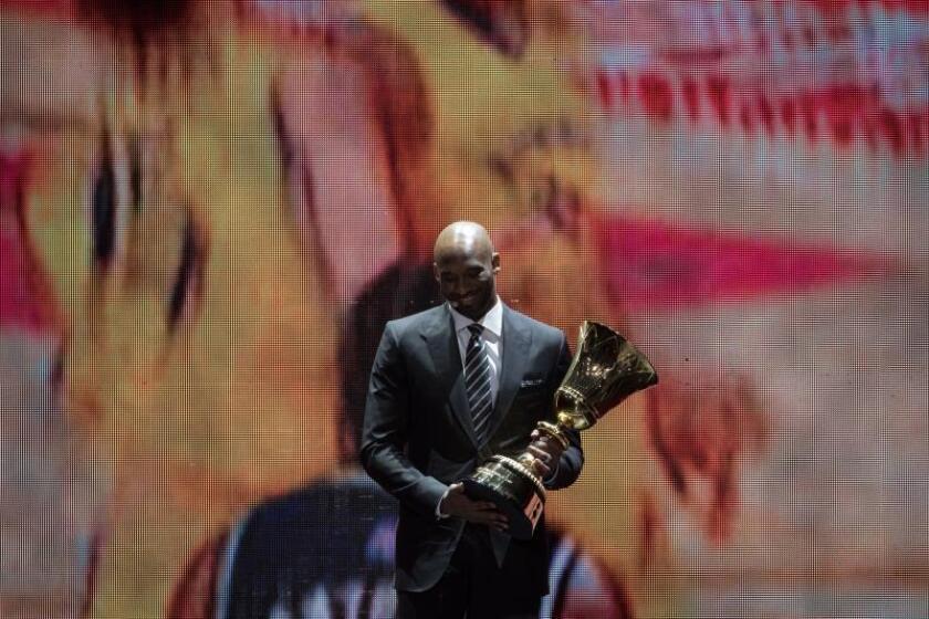 El embajador del Mundial de baloncesto Kobe Bryant sostiene el trofeo durante el sorteo en Shenzhen, Guangdong, China. EFE/EPA