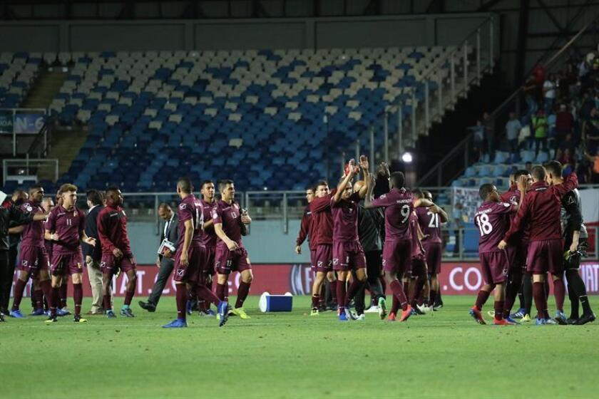 Jugadores de Venezuela festejan tras ganar a Brasil durante un partido de fútbol entre Venezuela y Brasil, del Campeonato Sudamericano Sub-20 2019. EFE