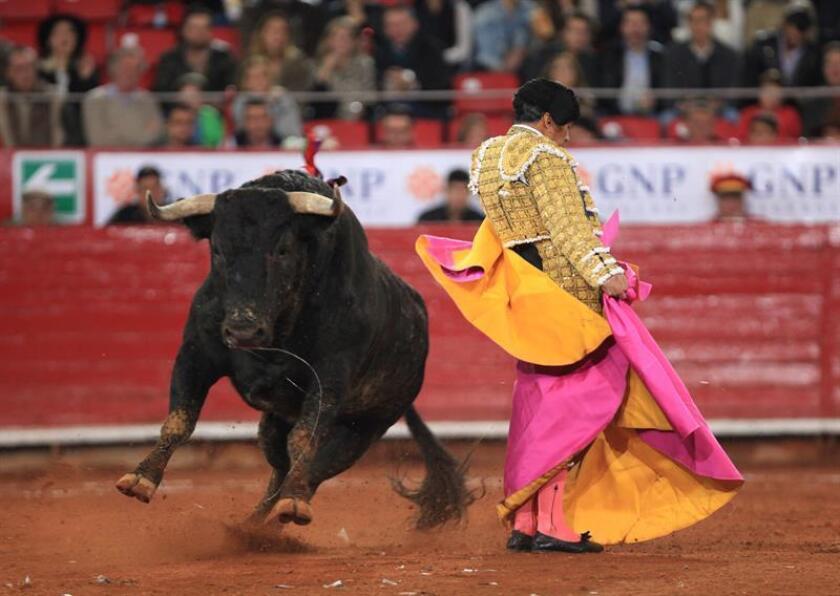 """El torero mexicano Eulalio López """"El Zotoluco"""" lidia un toro en la Plaza de Toros México, en Ciudad de México (México). EFE/Archivo"""