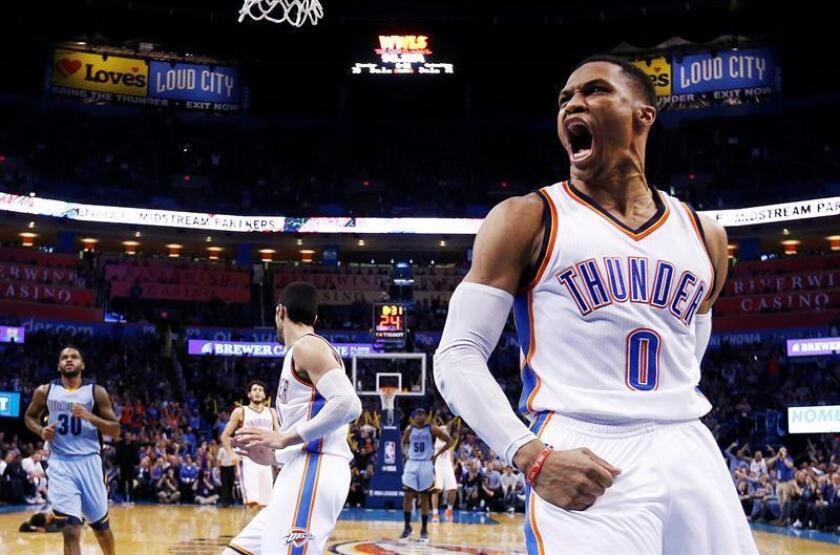 El jugador del Oklahoma City Thunder Russell Westbrook (d) reacciona ante los Memphis Grizzlies el miércoles 11 de enero de 2017, durante un partido de baloncesto de la NBA (EE.UU). EFE