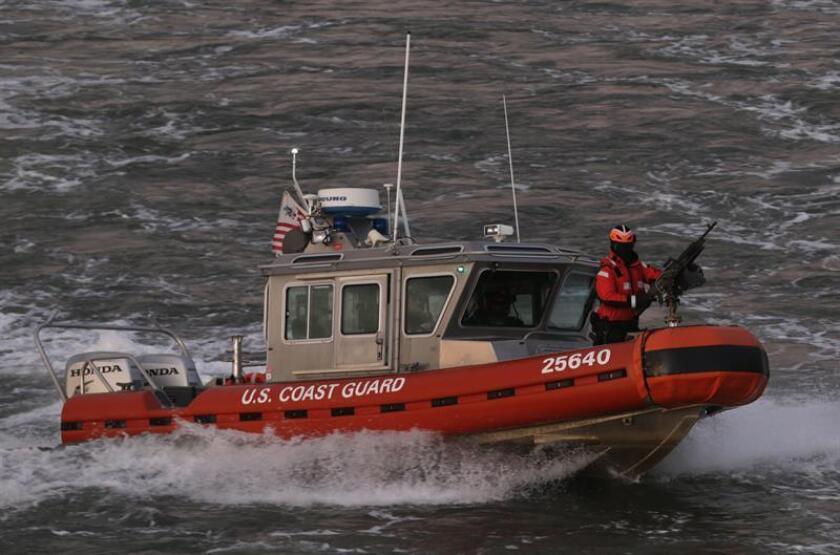 Un bote de la Guardia Costera de los Estados Unidos patrulla en busca de una embarcación con inmigrantes que naufragó después de salir de Bahamas. EFE/Archivo