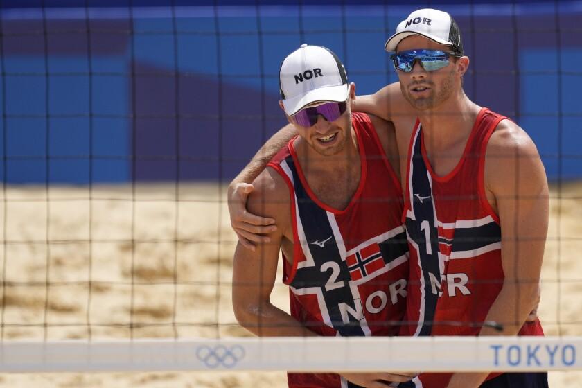 Los noruegos Anders Bernsten Mol, a la derecha, y su compañero Christian Sandle Sorum celebran su triunfo en los cuartos de final ante el Comité Olímpico de Rusia, el miércoles 4 de agosto de 2021, en Tokio. (AP Foto/Petros Giannakouris)
