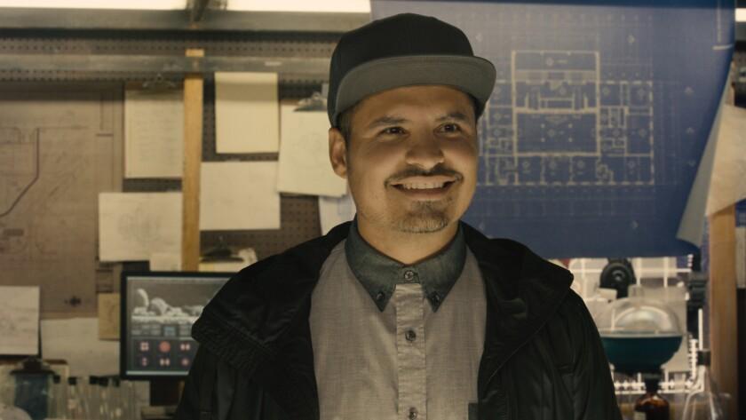 """El mexicoamericano Michael Peña hace de un personaje extremadamente gracioso en el estreno de superhéroes """"Ant-Man""""."""