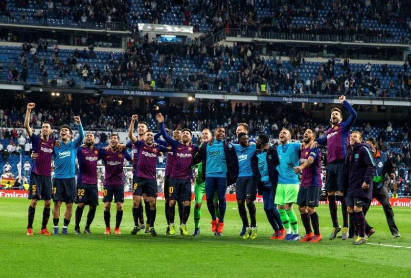 Los jugadores del FC Barcelona celebran la victoria con la afición tras el partido de la 26? jornada de Liga en Primera División que Real Madrid y FC Barcelona jugaron en el estadio Santiago Bernabéu, en Madrid. EFE