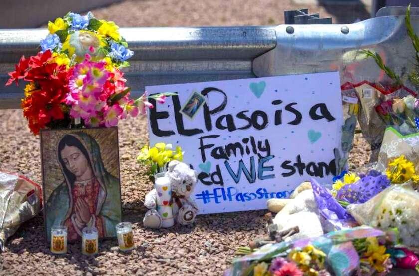 Flores y una pintura de la virgen María para las víctimas del tiroteo masivo en un centro comercial de El Paso, Texas.
