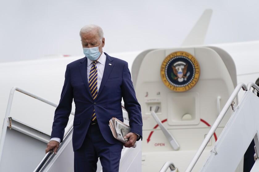 El presidente Joe Biden se baja del avión presidencial el 17 de septiembre del 2021 en la Base Aérea Dover en Delaware. (AP foto/Patrick Semansky)